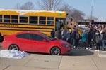 美国高中生持武器与校警对峙 被枪击送医