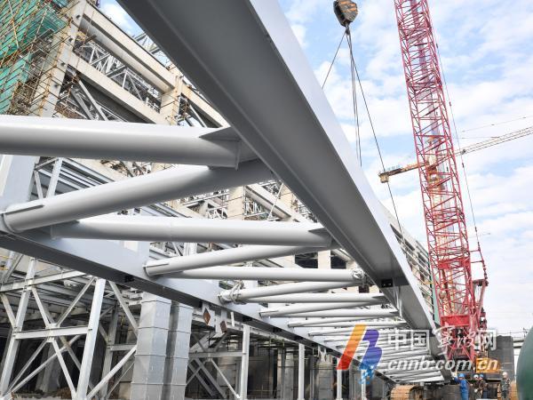 浙江二建建设集团电建公司正在吊装钢屋架.jpg
