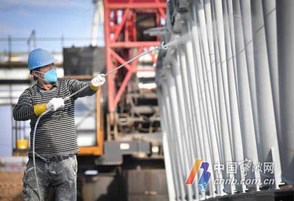 施工人员正在给钢屋架喷涂防火涂料,以提高钢结构的耐热性.jpg