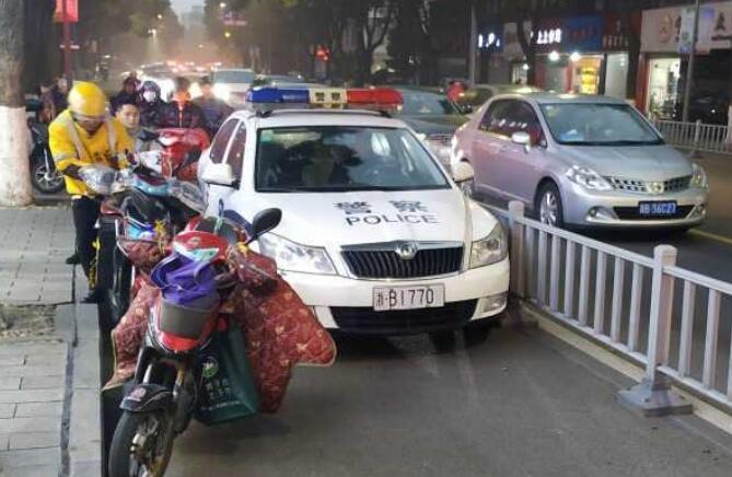 警车非机动车道行驶