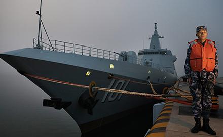 夜探国产首艘万吨级驱逐舰南昌舰