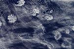 """NASA卫星捕捉神秘""""玫瑰云""""美照 像一簇簇雪花"""