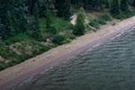 加拿大神秘湖泊现紫色海滩 或为矿物沉积