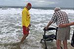 只想被海水打湿双脚……救生员助96岁老人实现愿望