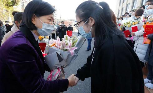 国科大华美医院欢送宁波支援该院抗疫一线医务人员