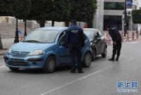 突尼斯警察疫情期间查控路上车辆
