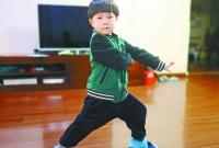 """4岁娃背诵《千字文》打健身拳 网友直呼""""太萌了"""""""