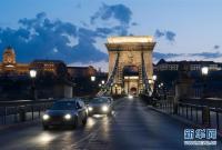 布达佩斯:链子桥点亮白色灯光 向医护人员致敬
