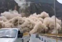 四川凉山州突发山体垮塌 烟尘漫天引发道路中断
