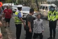 五旬男子骑电动车未带头盔被罚后下跪?警方回应