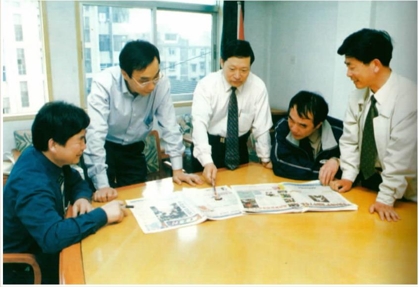 与采编人员一起策划报纸版面编排.JPG