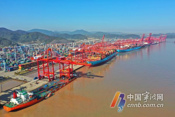 穿山港区新增4台可作业全球最大集装箱船的新型桥吊。汤健凯摄.jpg