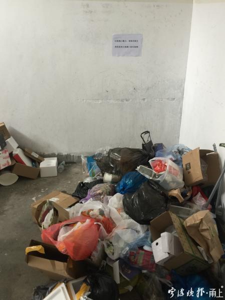 镇海一座公寓外表整洁 内部楼梯口却垃圾成堆 咋回事?