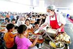 教育部:在校用餐尽量自备餐具 不分餐时使用公筷