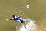 河里踢球爆红 布朗族小伙却哭了