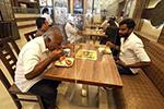 印度班加罗尔:隔板用餐