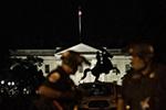 美国白宫外警察和示威者发生冲突和对峙