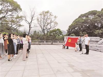 80名区级机关新党员集中宣誓