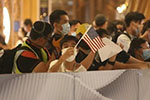 乱港分子在元朗举美国旗、港独旗 港警紫旗警告