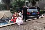 婚车接亲途中撞死两幼童 官方通报:司机被警方控制