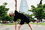 防疫期间瑞典驻朝鲜大使在平壤街头练瑜伽