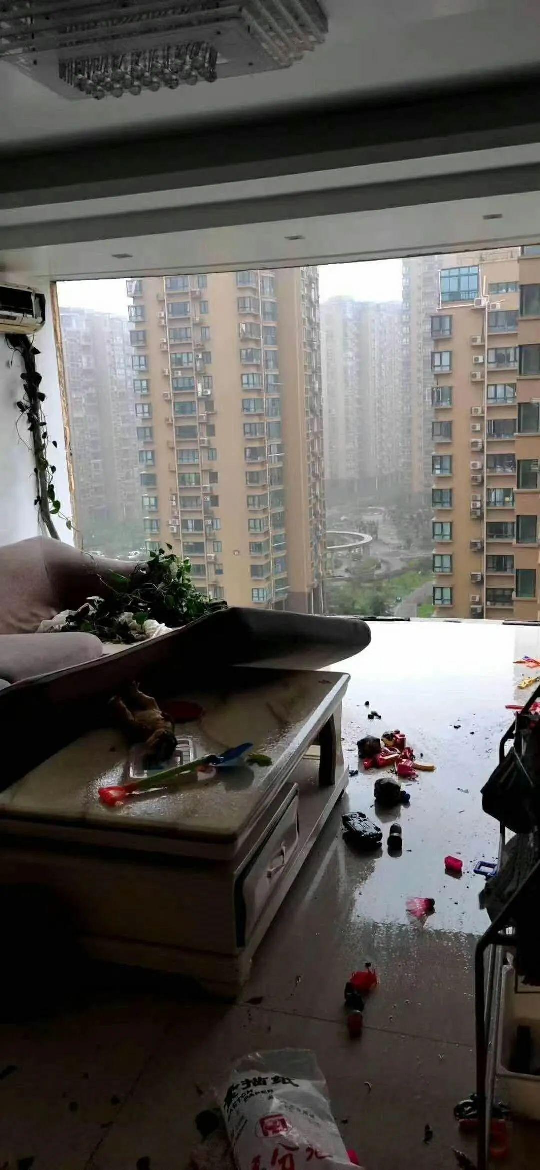 房屋窗户在台风季被吹碎是很正常的情况