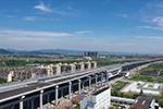 主线高架沥青摊铺完工 机场快速路南延工程确保9月底通车