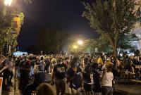 白宫竖起2米多高铁丝网 门前再度被抗议者占据