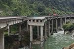 雅西高速一桥梁因山体垮塌断裂 交通中断