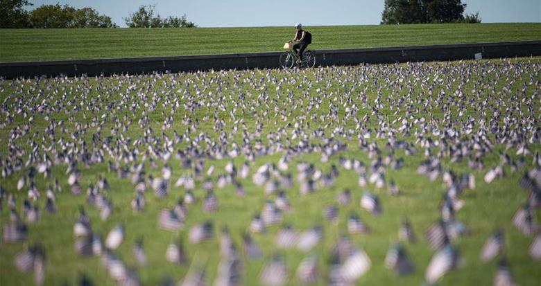 悼念逝者:美国累计新冠死亡病例超过20万例