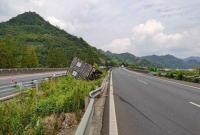 高速上横风有多可怕?小货车翻车冲出路面险坠桥