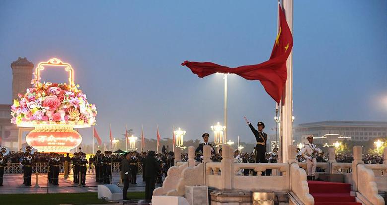 国庆天安门升旗仪式 数万人欢呼同一句话