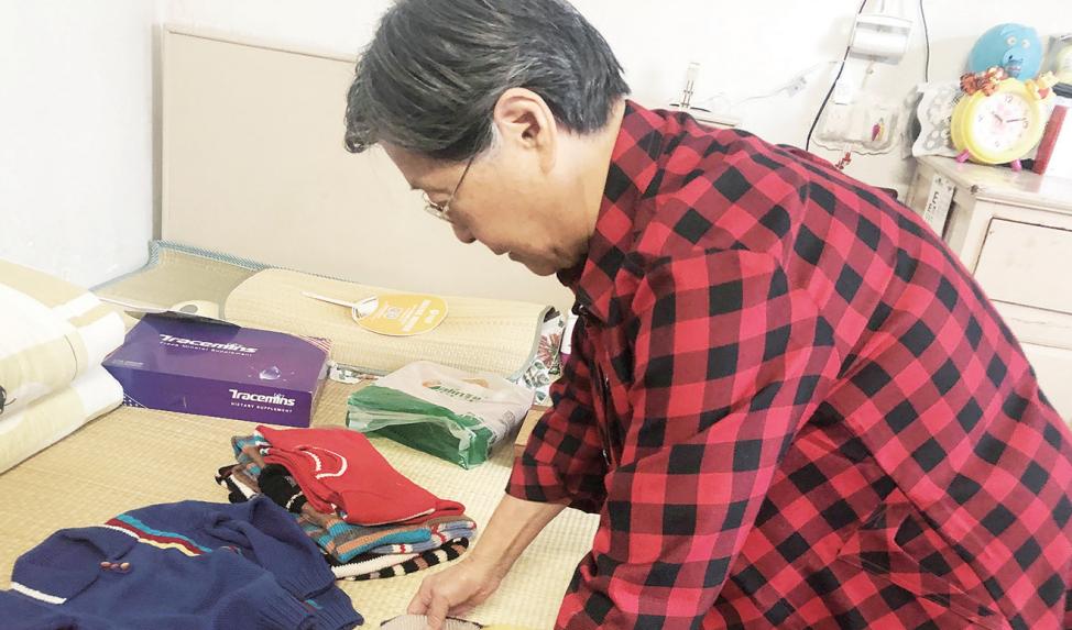 """曙光社区也有一位""""毛衣奶奶"""" 五年织了近百件爱心毛衣"""