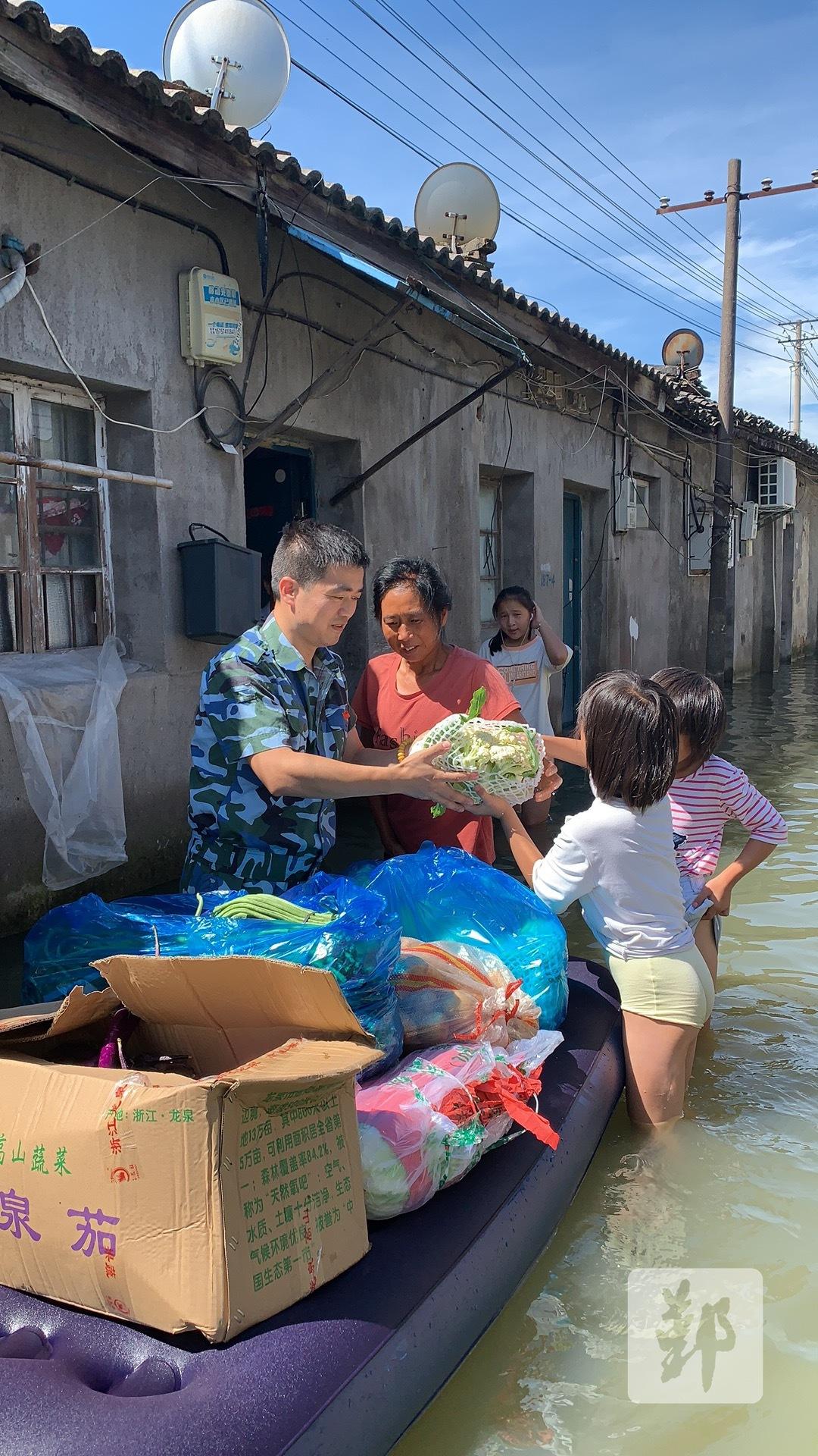 图为李华年积极参与救灾工作。