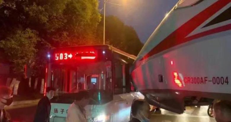 南京公交和复兴号撞了……