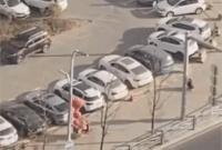 女白领一路狂奔去上班!老板偷偷拍下视频