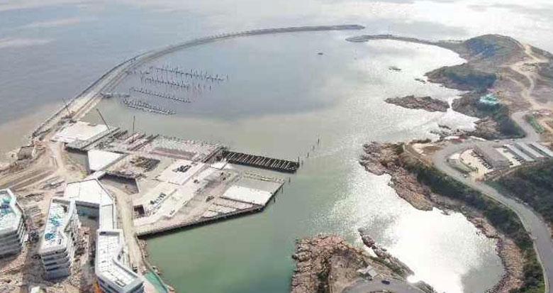 一半在陆地一半在海中的亚帆中心初具雏形