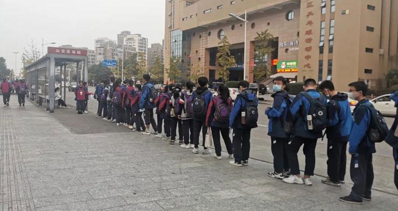 宁波庄市公交站台的这一幕火了!