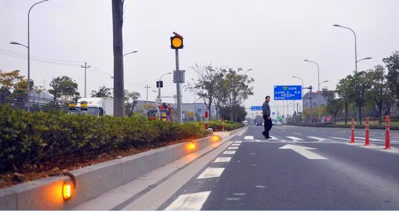 鄞州这条道路 行人踏上斑马线后 路两旁警示灯自动闪烁