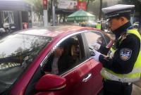 等红灯时能不能刷手机?宁波将整治这些交通违法行为