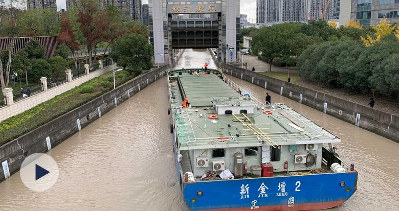 """无需换乘 一船通达!杭甬运河货船实现""""直通出海"""""""