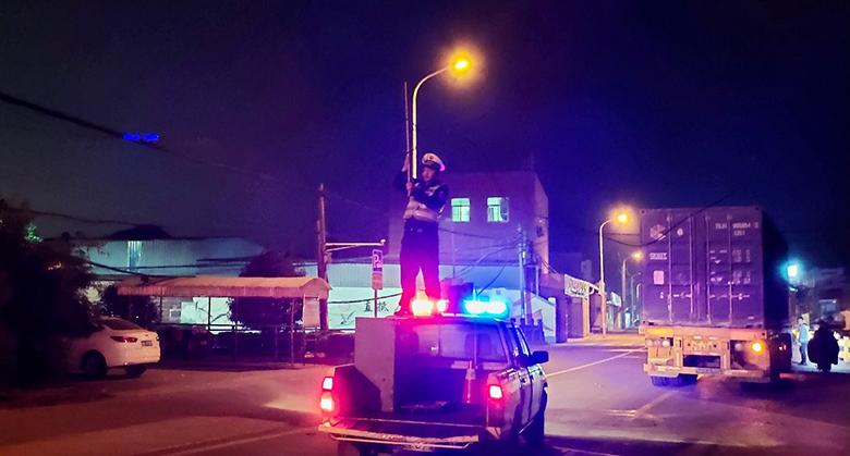 """车顶撑举线缆半小时 镇海辅警变身""""托举哥"""""""