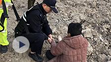 寒风中老人赤足睡卧工地 宁波民警为她捂手捂脚取暖
