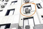 宁波一女子悬挂三楼外墙 路过的4名男子飞奔救援