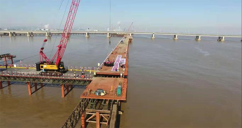 杭甬复线宁波一期滨海区域施工主线栈桥贯通合龙