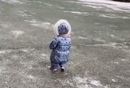萌娃出门被一阵风吹倒 妈妈没忍住笑出声