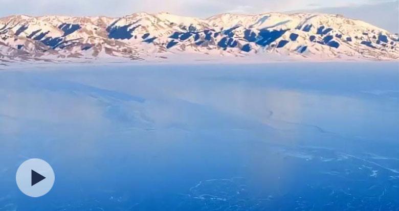 """航拍新疆赛里木湖罕见""""拼图蓝冰"""""""