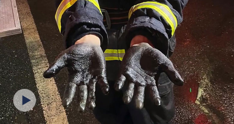 湖北一消防员灭火后双手被染黑 用钢丝球刷手