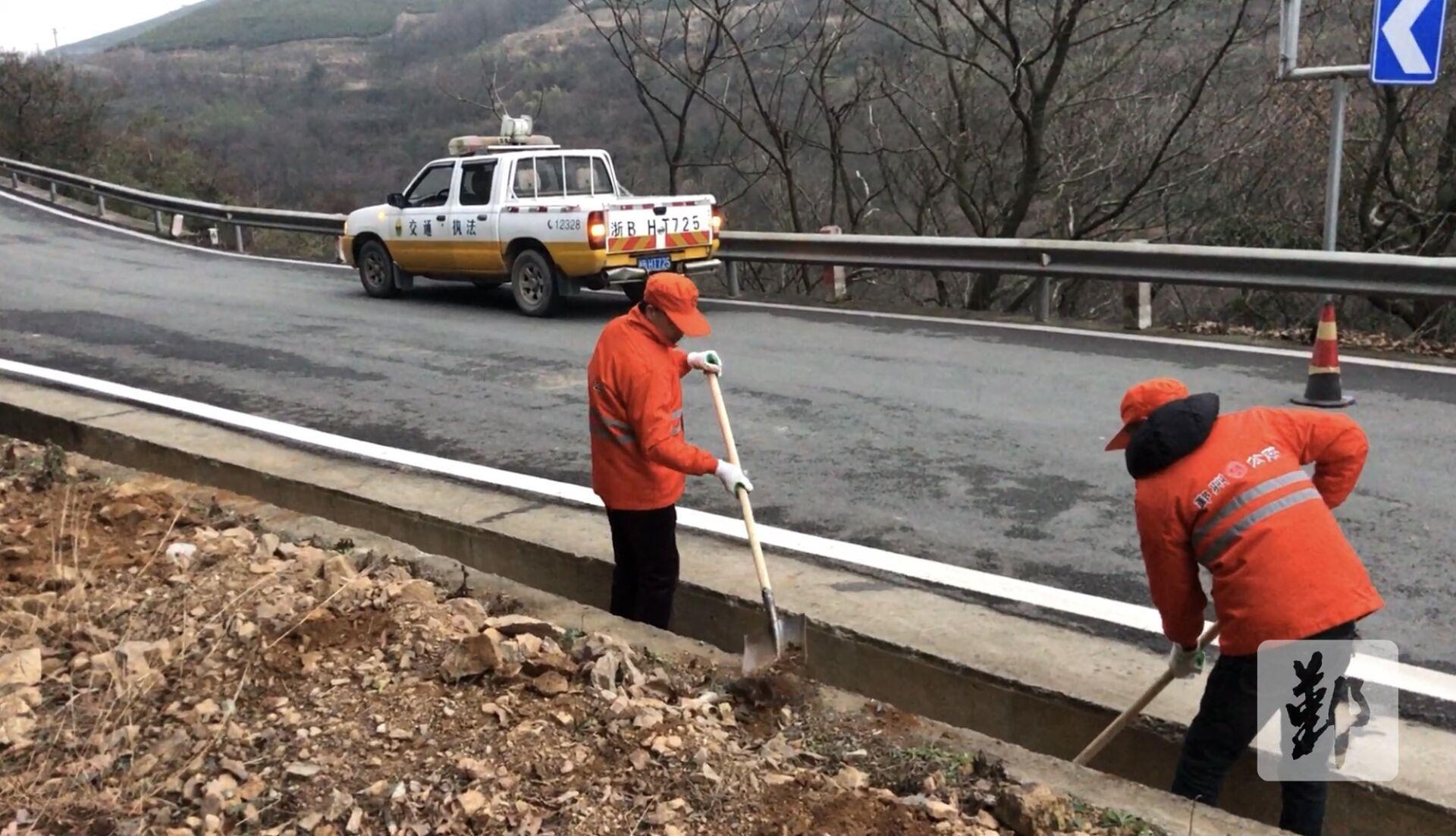 图为工作中的公路养护员。