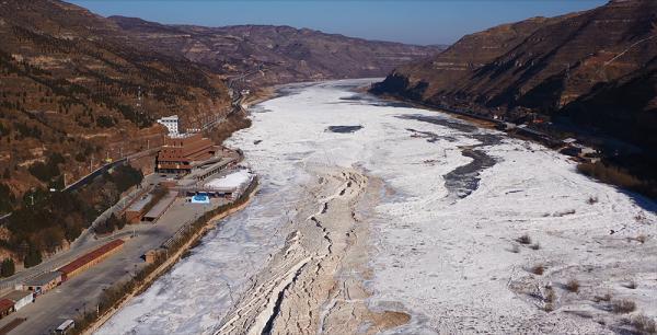 黄河壶口瀑布现冰封罕见景观:被冰凌填平,景区或随时关闭